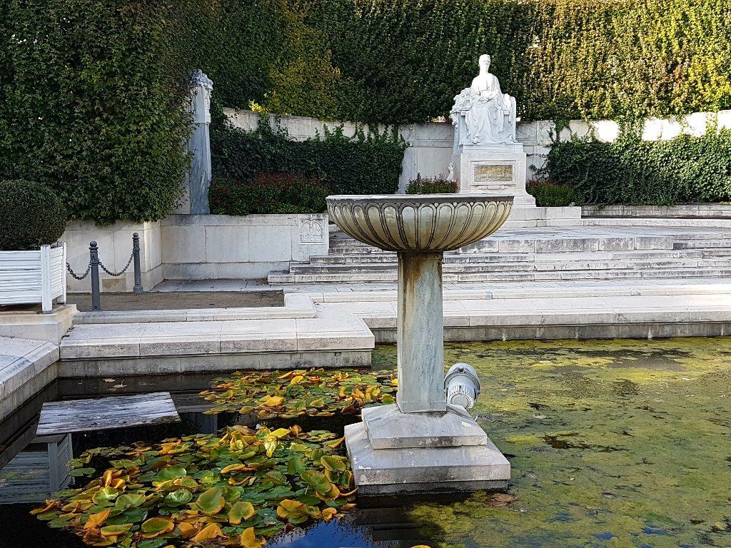 Denkmal mit Wasser-Bassin