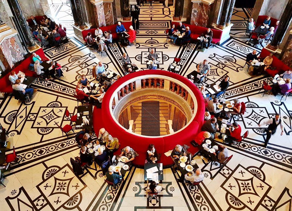 rundes Café im Museum