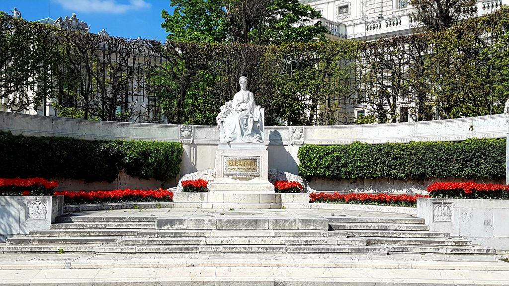 Kaiserin Elisabeth Denkmal mit roten Blumen umgeben
