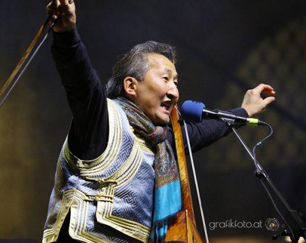 Performance eines Sängers auf der Bühne Weltmuseum Wien