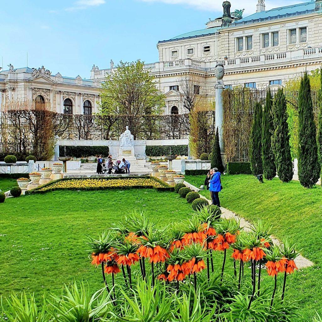Parkanlage mit Denkmal und Kaiserkrone Blumen im Vordergrund