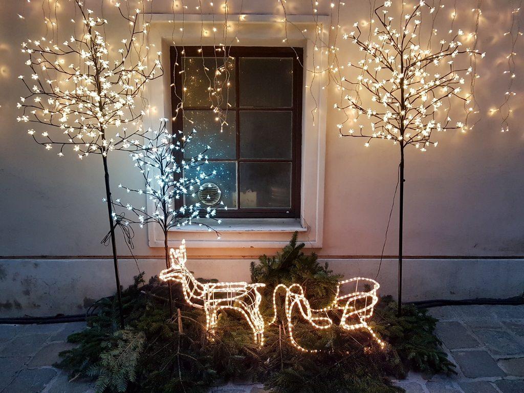 Weihnachtsdeko mit Reh und Schlitten beleuchtet