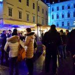 Menschengruppe am Weihnachtsmarkt