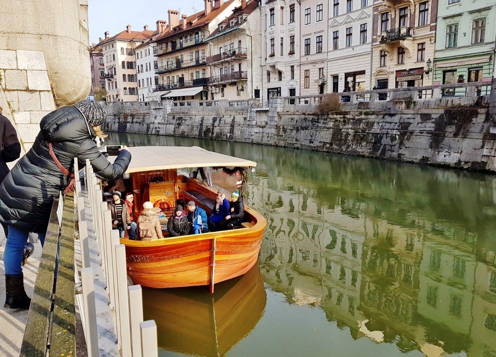 Bootsfahrt auf dem Fluss in Ljubljana