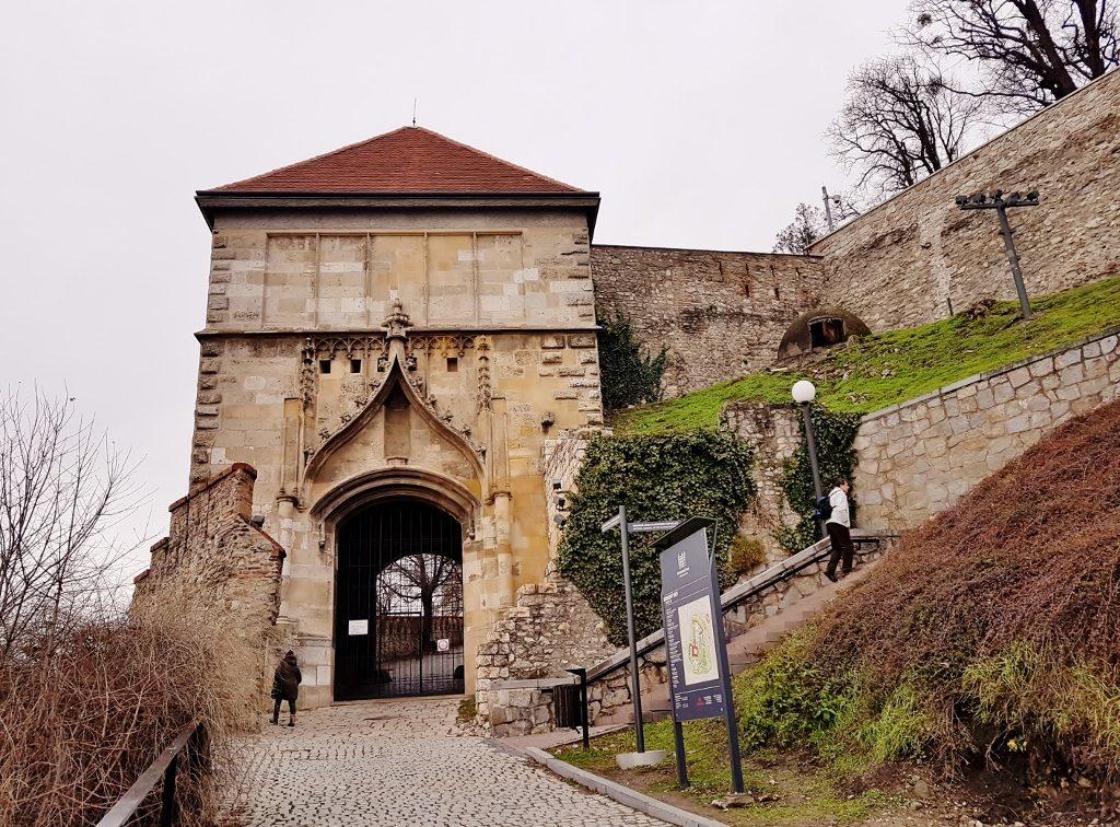 Wanderung zur Burganlage beim Städtetrip