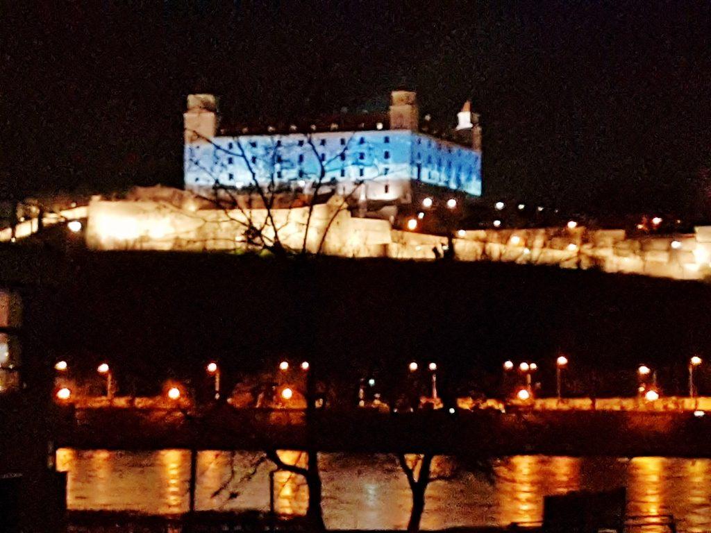 nächtlich blau beleuchtete Burg über der Donau
