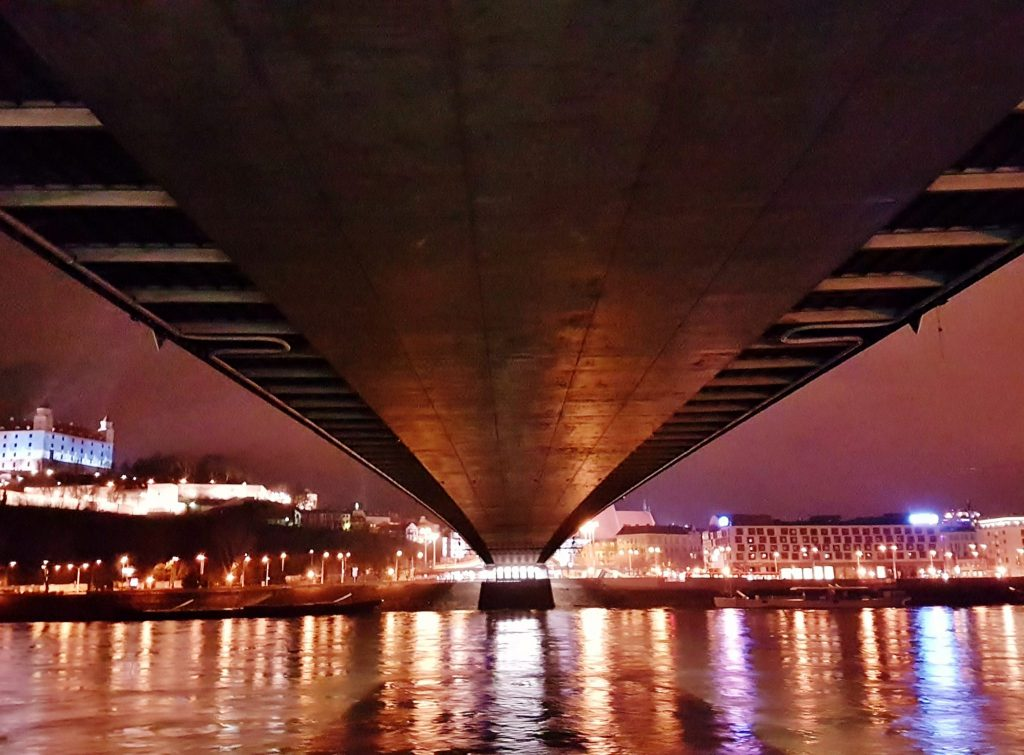 bei Nacht unter der Flussbrücke beim Städtetrip Bratislava
