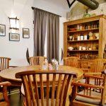 Zimmereinrichtung mit Tisch und Sessel
