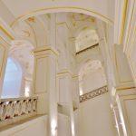 historischer Stiegenaufgang in weiß