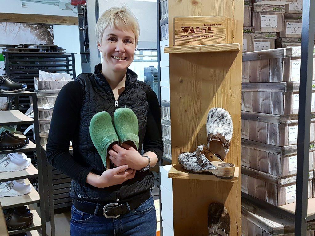 Frau mit grünen Pantoffeln in den Händen