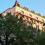 historisches Gebäude mit Baum davor