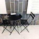 schwarzer Tisch mit 2 Stühlen