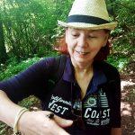 Frau im Wald in der Umgebung Kosice