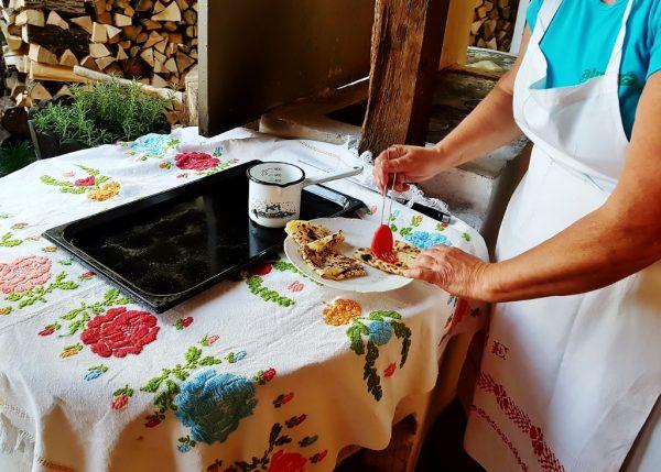Frau bereitet am Tisch Nachspeise