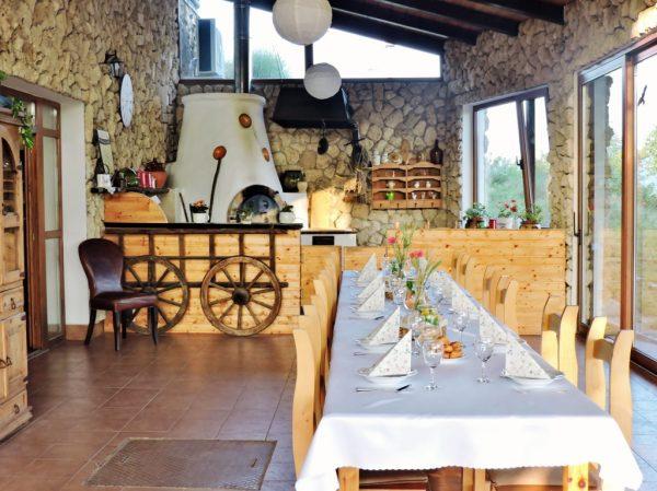 slowakische Gaststätte mit gedecktem Tisch