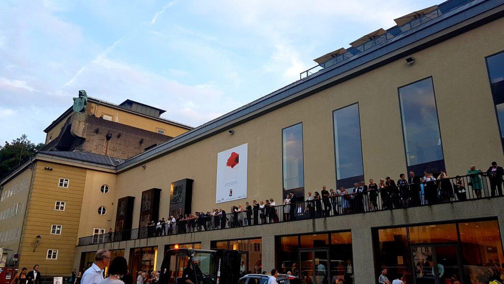 viele Menschen auf dem Balkon des Festspielhauses Salzburg