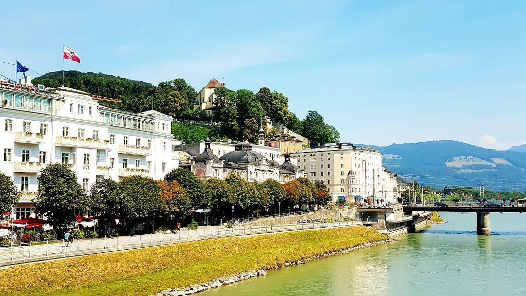 am Fluss Salzburgs Kaffeehauskultur genießen