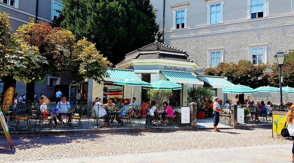 hübsches Café im Freien mit Pavillion
