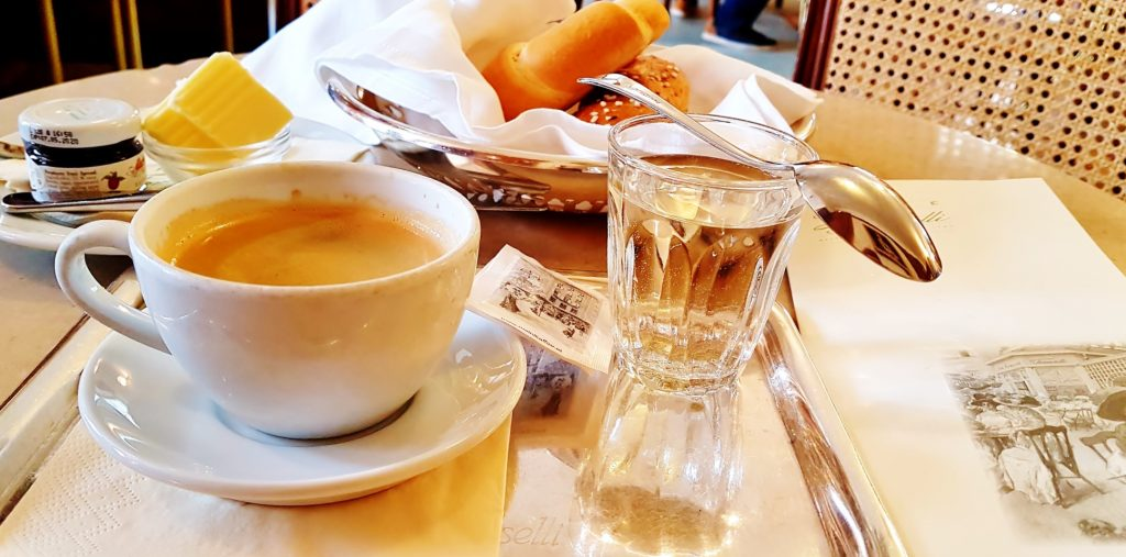 typisches Frühstück in Kaffeehaus Salzburg