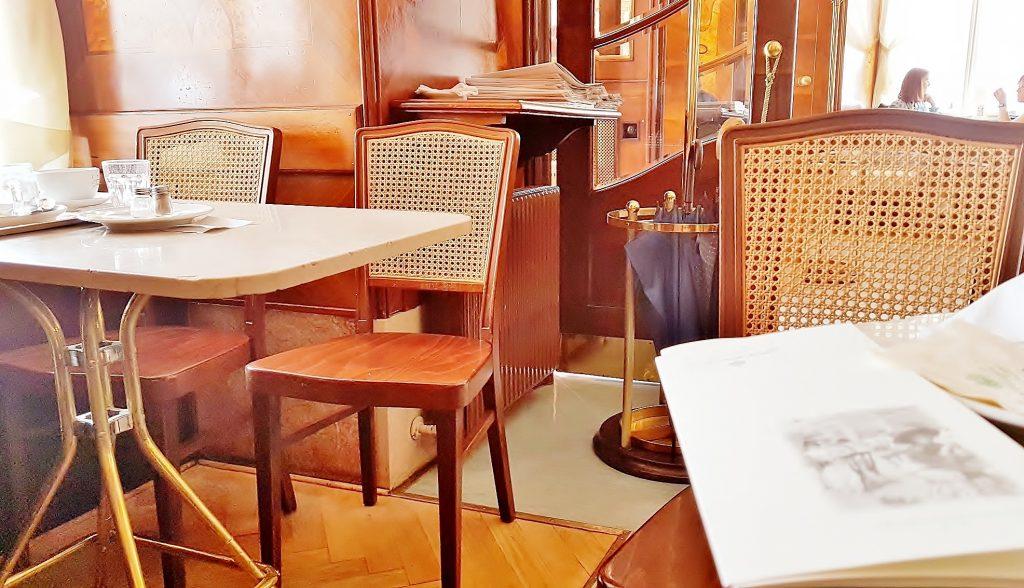 Salzburgs Kaffeehauskultur mit typischem Interieur