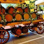 Holzwagen mit Bierfässern