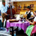 Volksmusik gruppe spielt Instrumente um einen Tisch herum