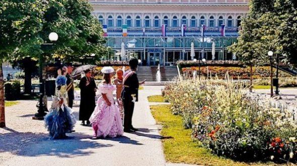 Nostalgie im Kurpark in historischen Kleidern