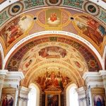 Kirche mit schönen Deckengemälden