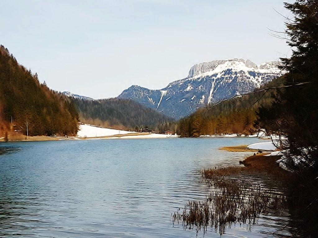 See in winterlicher Berglandschaft