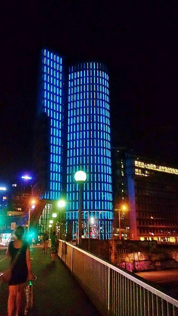 beleuchtete Hochhäuser in der Nacht