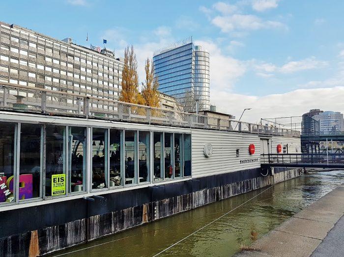 Donaukanal Wien mit Lokal am Kanal