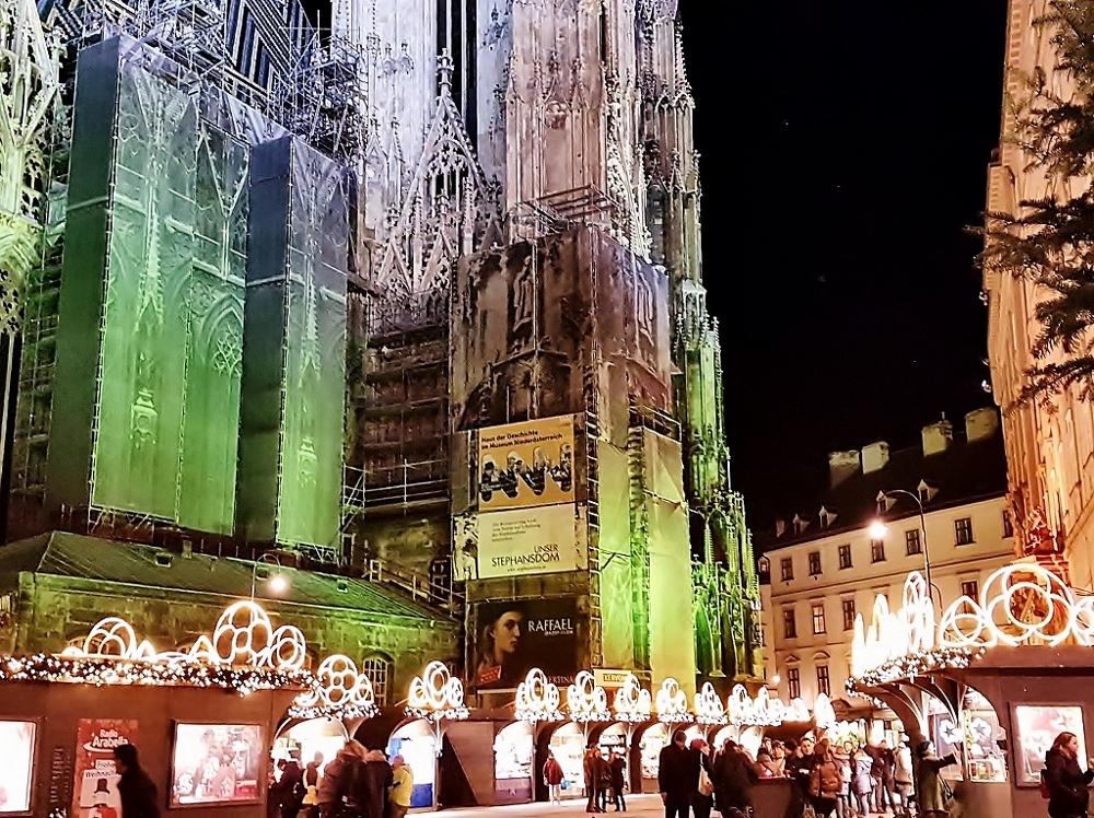 Weihnachtsmarkt am Wiener Stephansplatz mit beleuchtetem Stephansdom