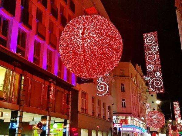 rote Beleuchtung am Weihnachtsmarkt am Wiener Stephansplatz
