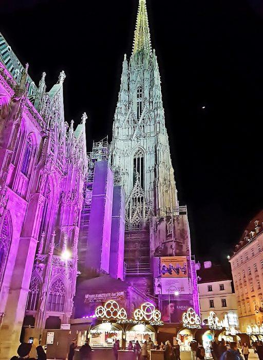 Weihnachtsmarkt am Wiener Stephansplatz in blau-lila Licht