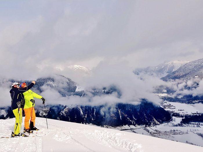 zwei Skifahrer schauen auf die Bergwelt im Pillerseetal