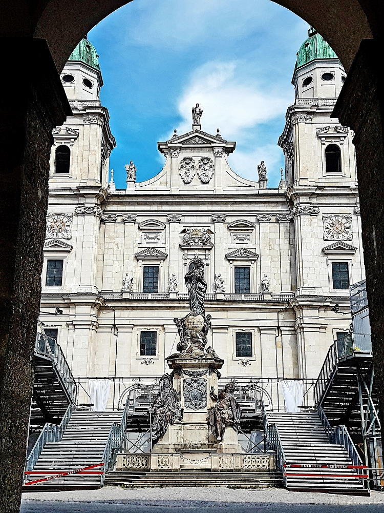 Salzburger Domplatz mit Bühne