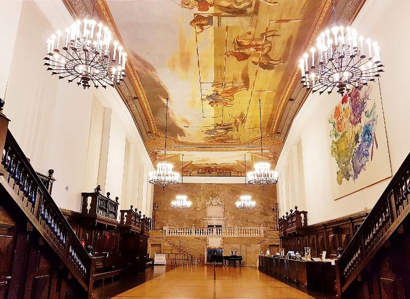 großer Saal mit prachtvollen Deckengemälden