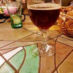 Glas mit dunklem Bier