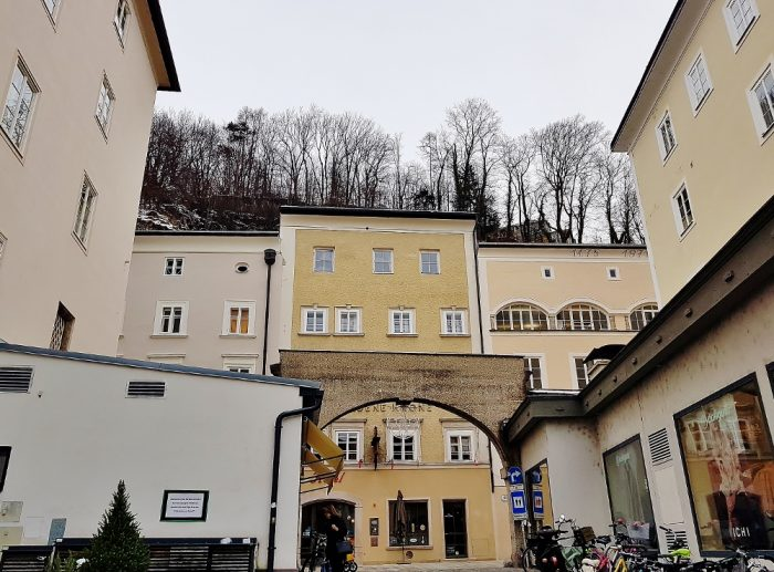 alte Häuse mit Torbogen