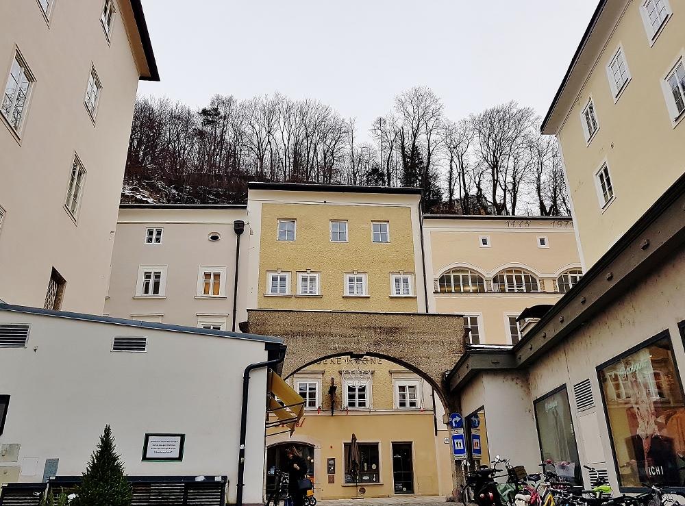 alte Häuse mit Torbogen, Mozart - Salzburg Sehenswürdigkeiten
