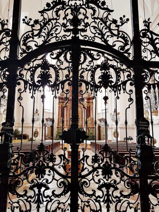 schmiedeeisenes Tor in der Kirche
