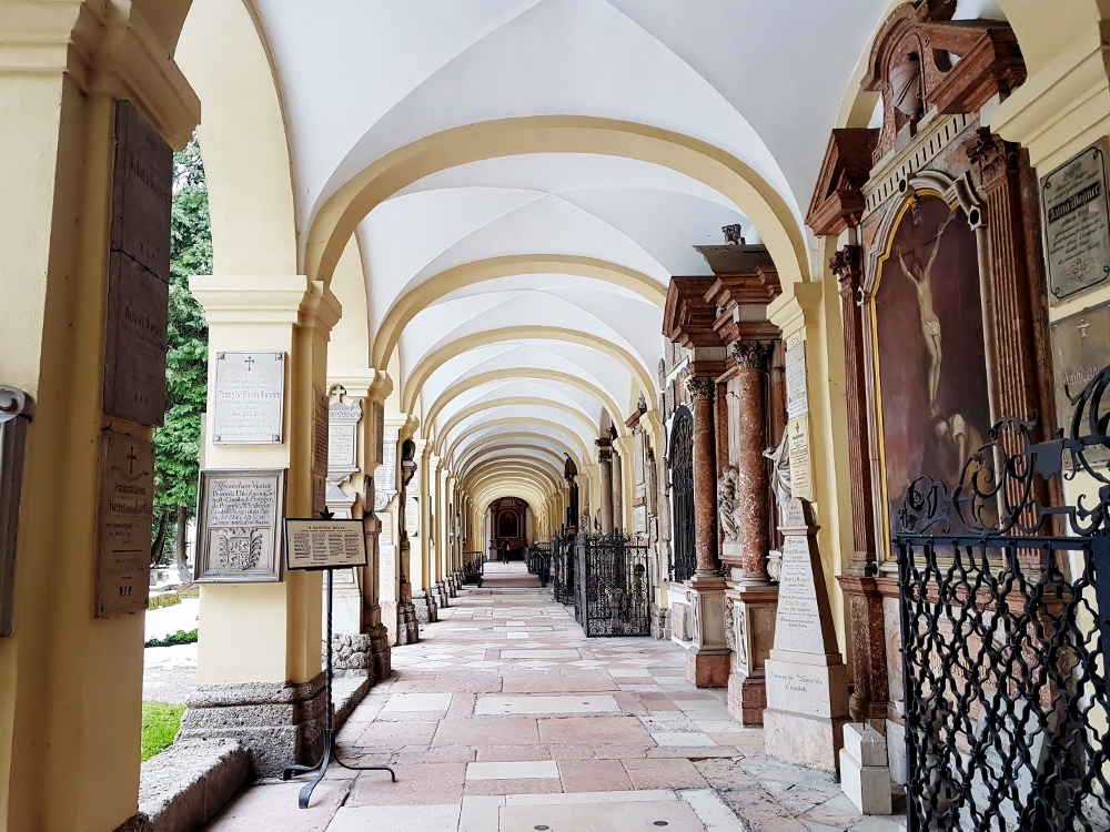 ein Kreuzgang in einem alten Friedhof, Mozart - Salzburg Sehenswürdigkeiten