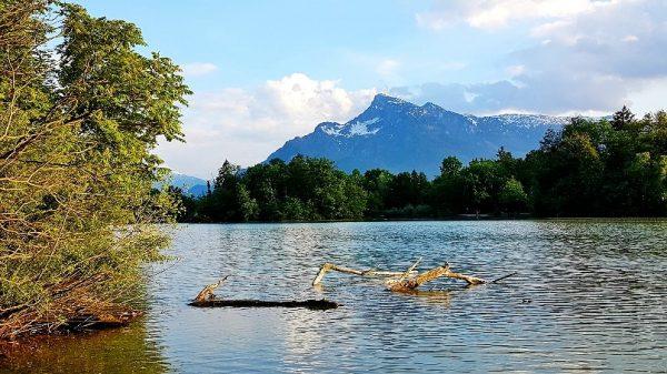 Blick auf See mit Bergkulisse