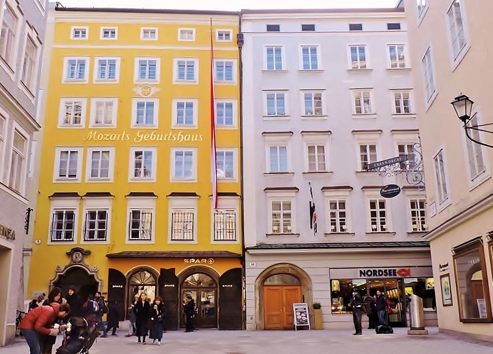 Mozart Geburtshaus mit gelber Fassade gehört zu den Mozart - Salzburg Sehenswürdigkeiten
