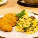 am Teller Wiener Schnitzel mit Kartoffelsalat