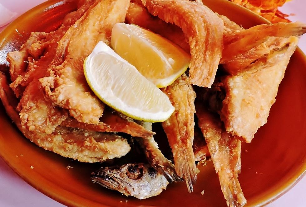 gegrillte Fische auf dem Teller, Marokkanische Küche, kulinarische Genüsse