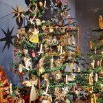 geschmückter Christbaum aus dem Weihnachtsmuseum Salzburg