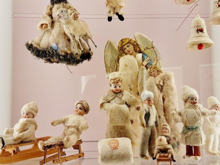 Christbaumschmuck aus Watte aufgehängt im Weihnachtsmuseum Salzburg