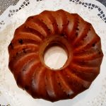 Auf Teller ein Rotweingugelhupf mit Schokolade