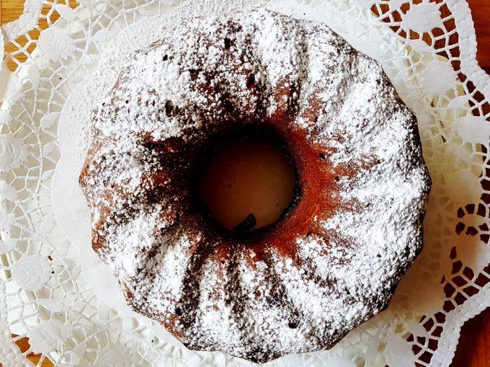 Bezuckerter Rotweingugelhupf mit Schokolade